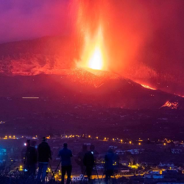 El río de lava se ensancha y amenaza a nuevas zonas