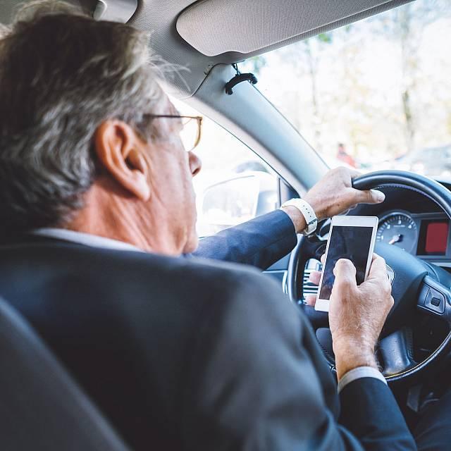 Los peligros de utilizar el móvil en la conducción