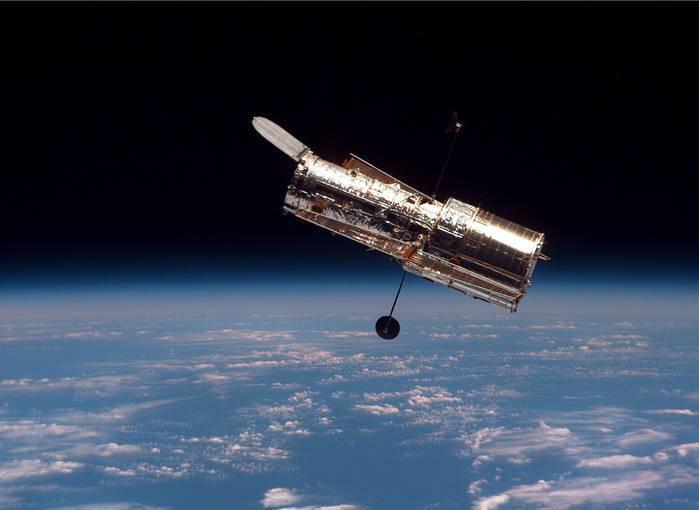 El Hubble moviéndose lentamente en órbita libre lejos del transbordador espacial Discovery después de su lanzamiento.