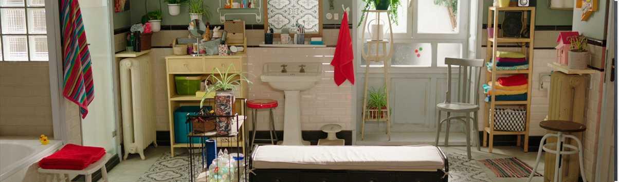 L'únic espai de la sèrie, el bany, és el lloc on passen més hores del dia
