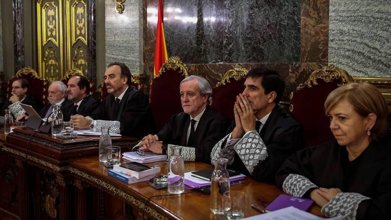 El presidente del tribunal, Manuel Marchena (4i), con el resto de magistrados de la Sala de lo Penal del Supremo