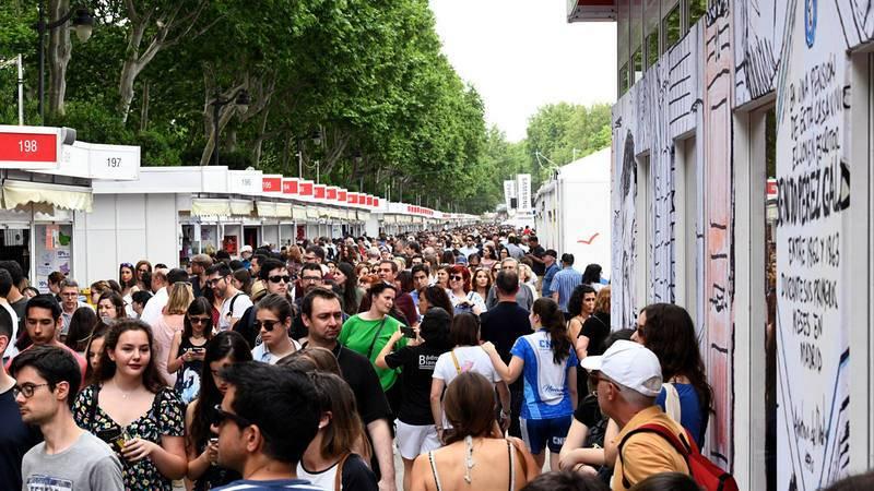 Miles de visitantes recorren las casetas de la Feria del Libro de Madrid