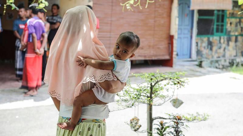 Una mujer rohinya que ha sufrido violación, junto a su hijo, refugiados en Tailandia el año 2017.
