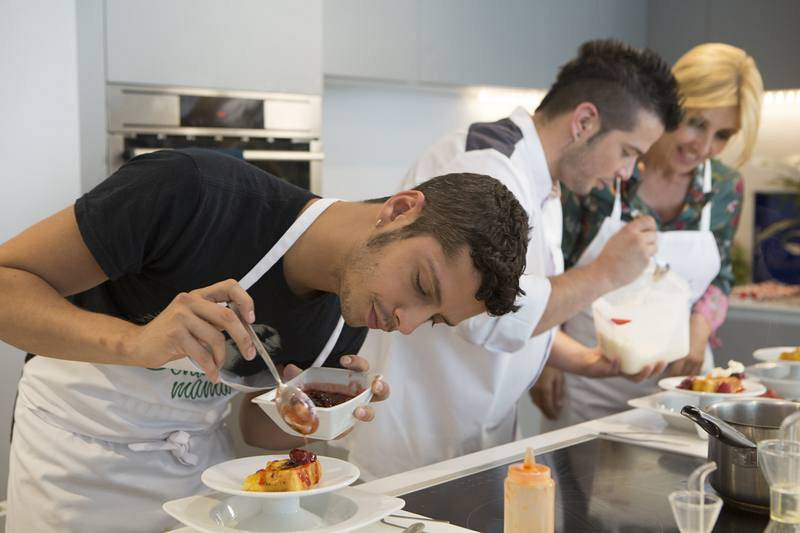 Eduardo, Carlos y Cayetana en la cocina