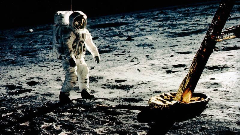 El 20 de julio de 1969, el Apolo 11 se posó sobre la superficie de la Luna y puso al hombre por primera vez sobre el satélite terrestre.