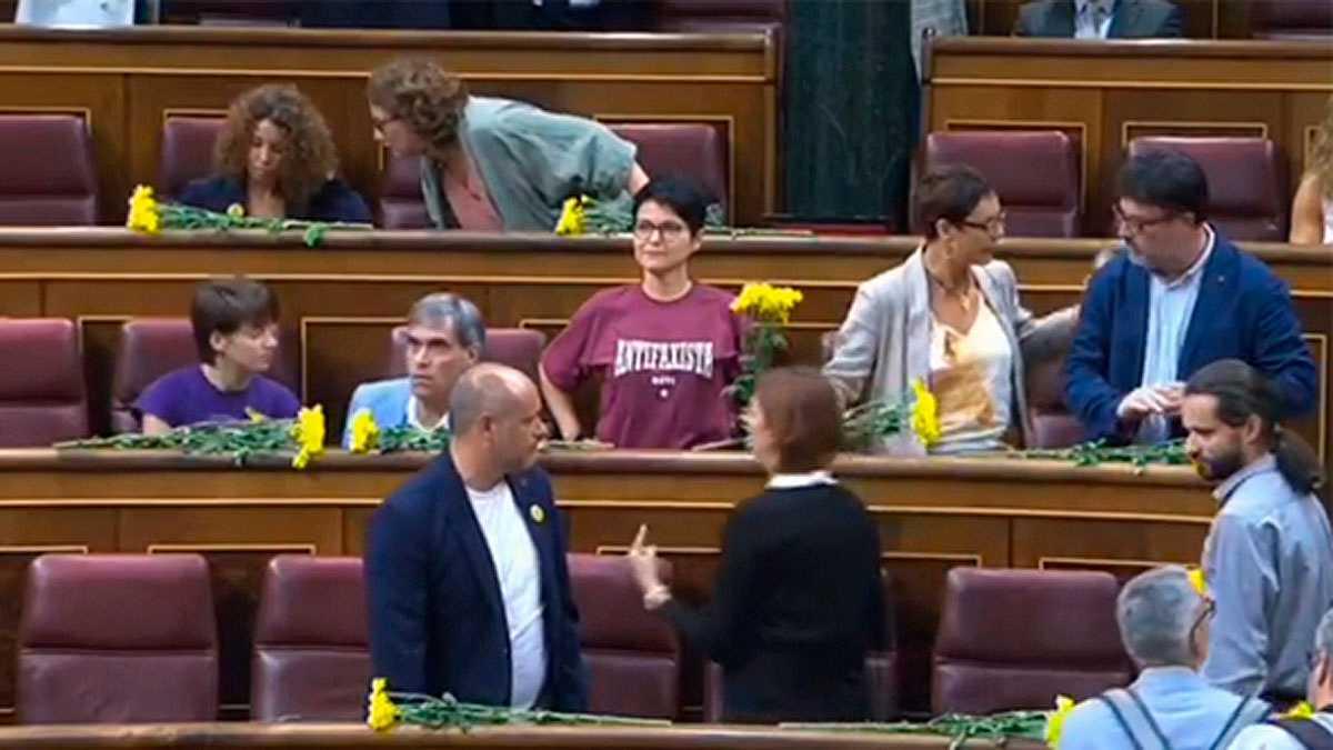 Los diputados de ERC reciben a Sánchez con flores amarillas