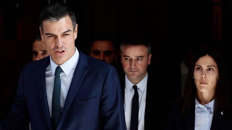 PedroSánchez y su jefe de gabinete en Moncloa, Iván Redondo, a su salida del Congreso