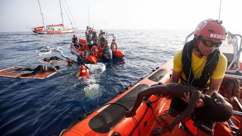 Momento de un de los rescates de Open Arms a 85 millas de la costa Libia el pasado 17 de julio de 2018.