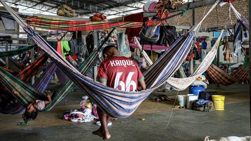 """El refugio Pintolandia, en Boa Vista, aloja familias indígenas con hamacas, para que puedan sentirse un poco """"en casa"""". Victoria Servilhano/MSF"""