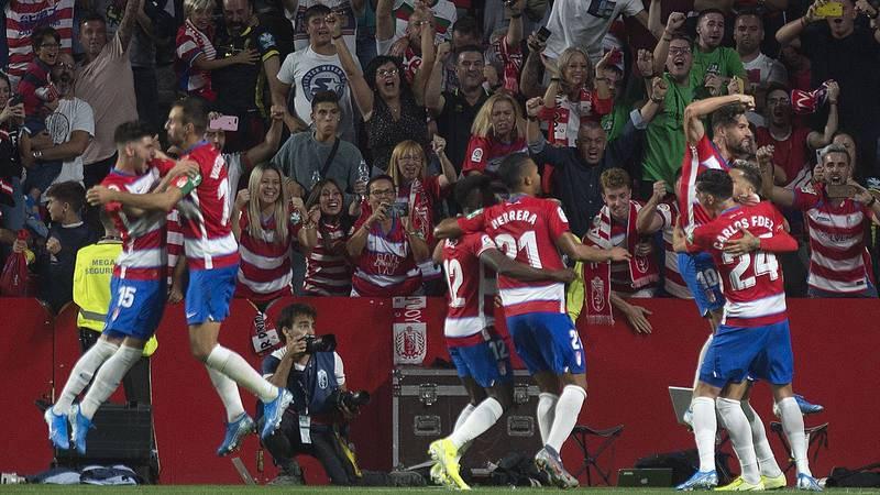 Los jugadores del Granada celebran el segundo gol