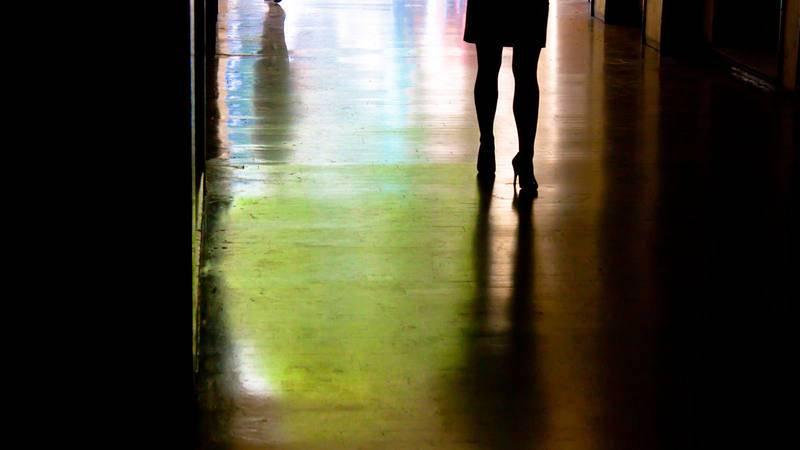 Imagen de archivo de la silueta de una mujer