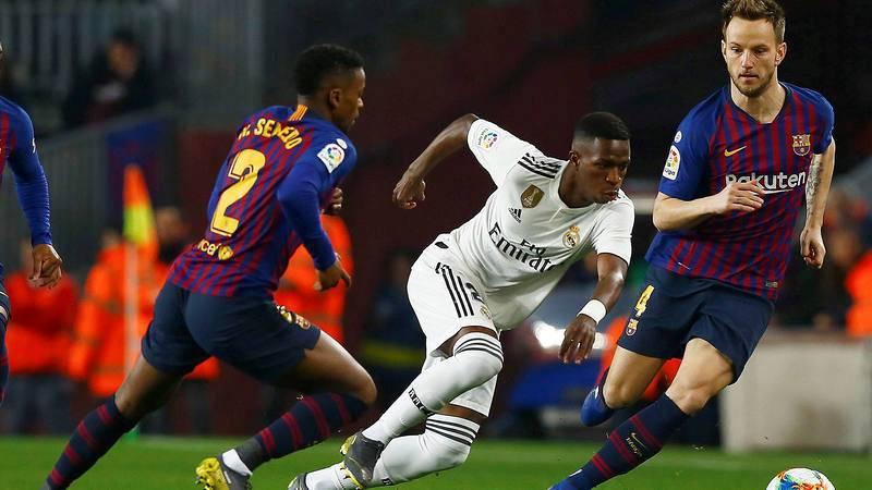 Semedo (i) y Vinicius disputan un balón en un Barça-Real Madrid de la pasada temporada