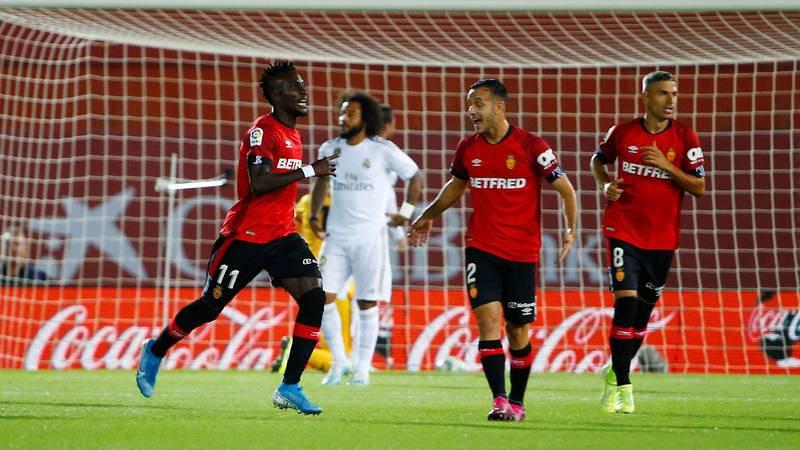 Lago Junior, primero por la izquierda, celebra el 1-0 del Mallorca al Madrid.