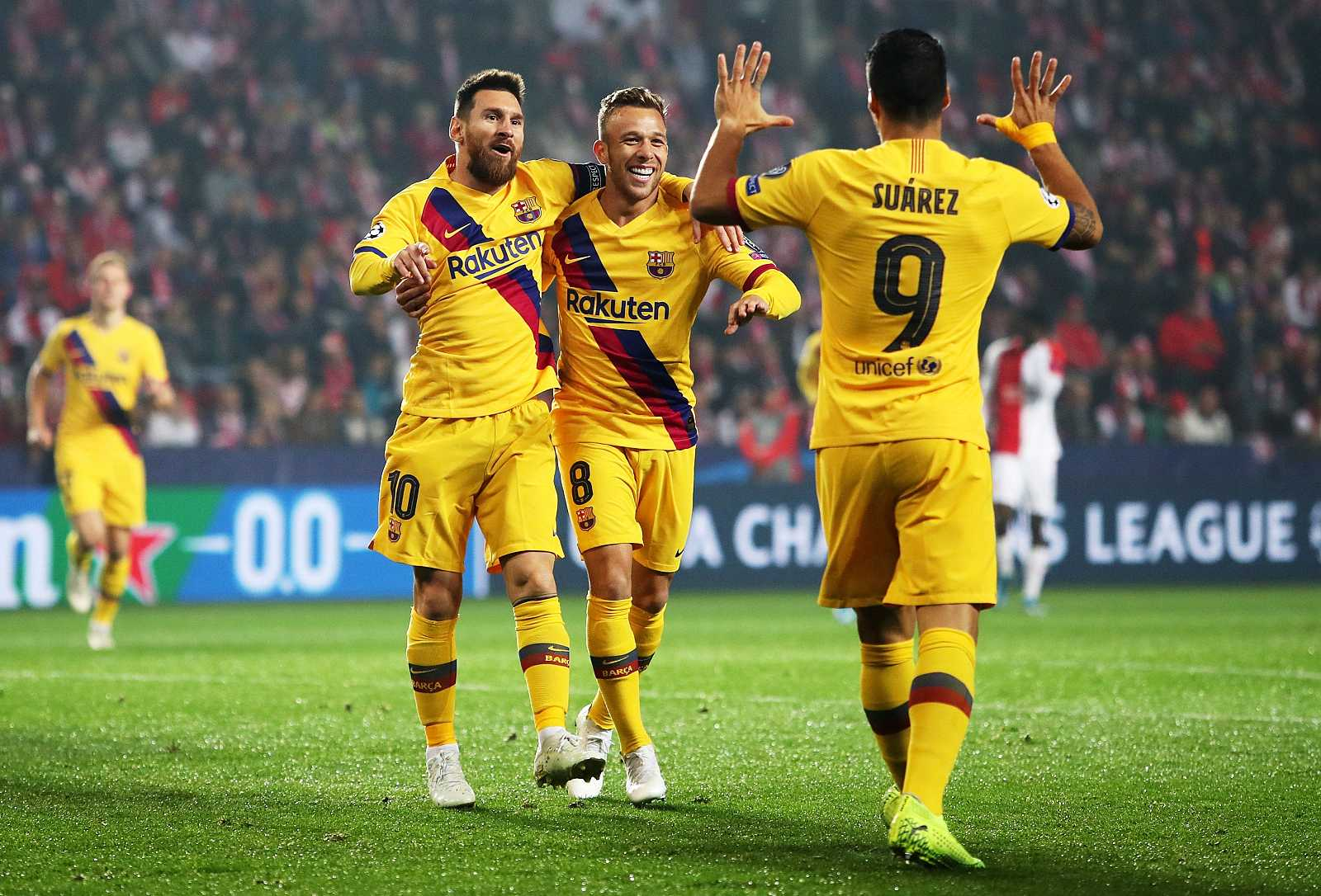 Leo Messi celebra con Arthur y con Luis Suárez el primer gol del partido de Praga.