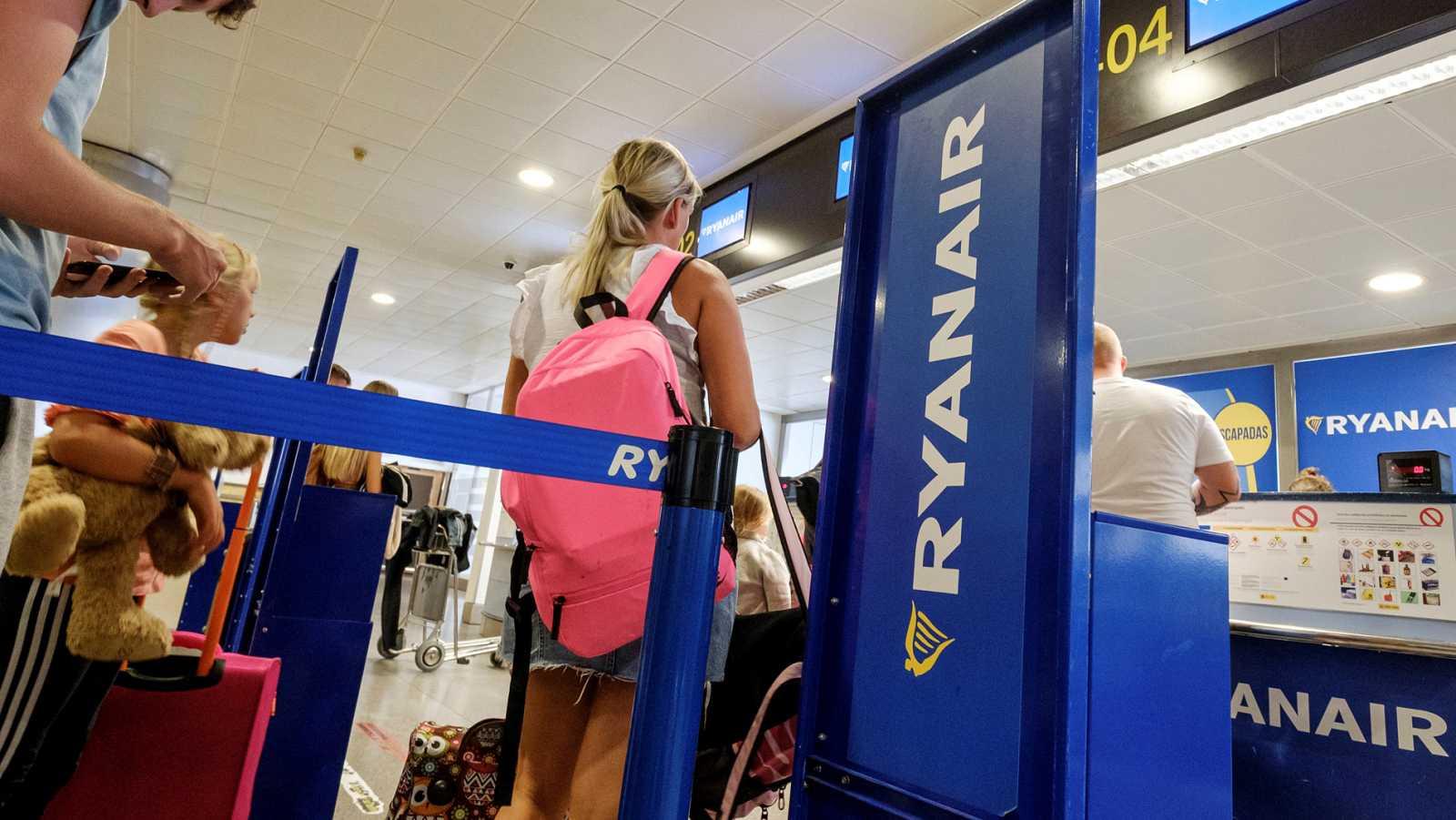 Pasajeros hacen cola en los mostradores de Ryanair