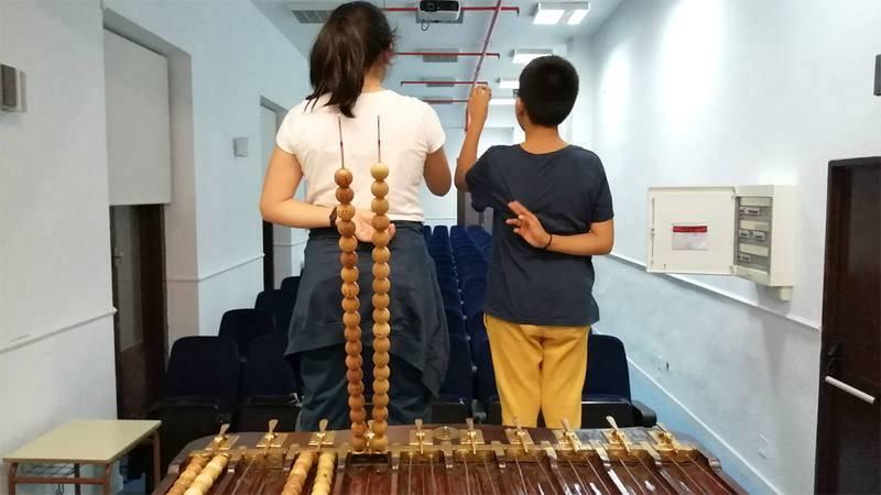 Una pareja de niños de San Ildefonso durante un ensayo