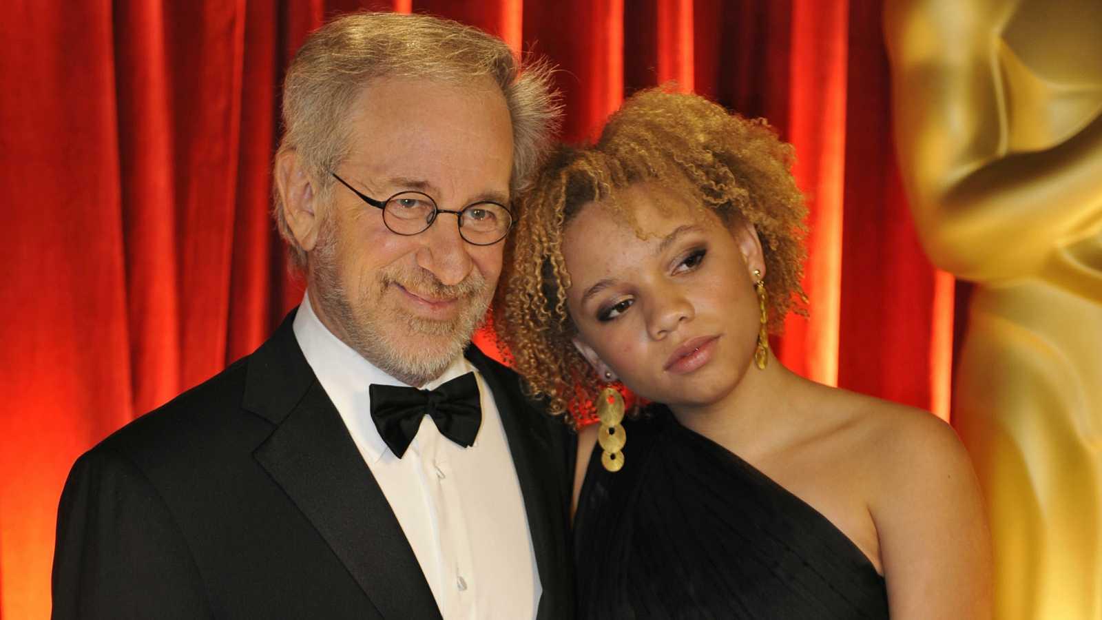 Mikaela junto a Steven Spielberg en la gala de los Oscar de 2009