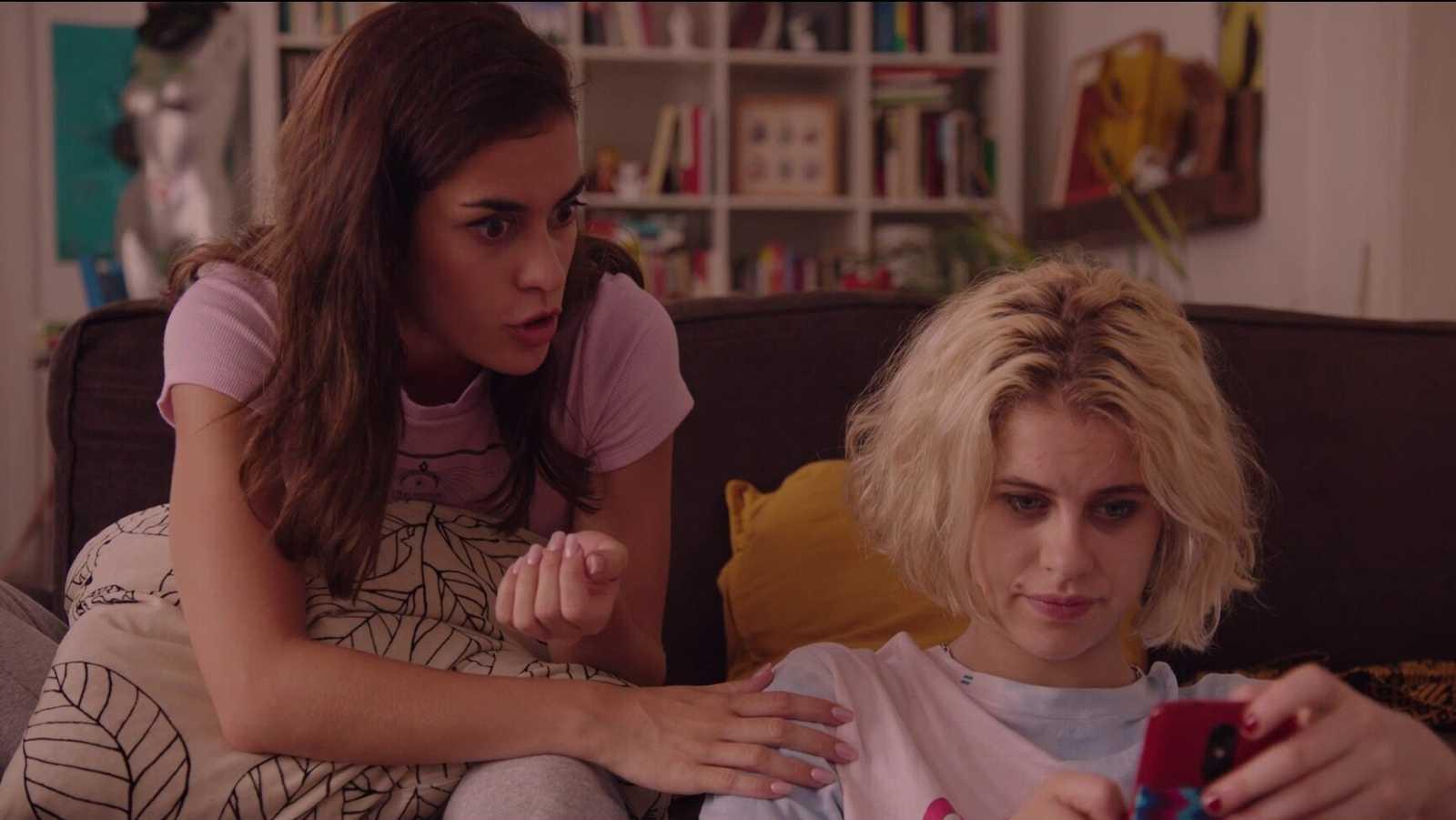África y Scarlet miran el móvil en una escena de 'Drama'
