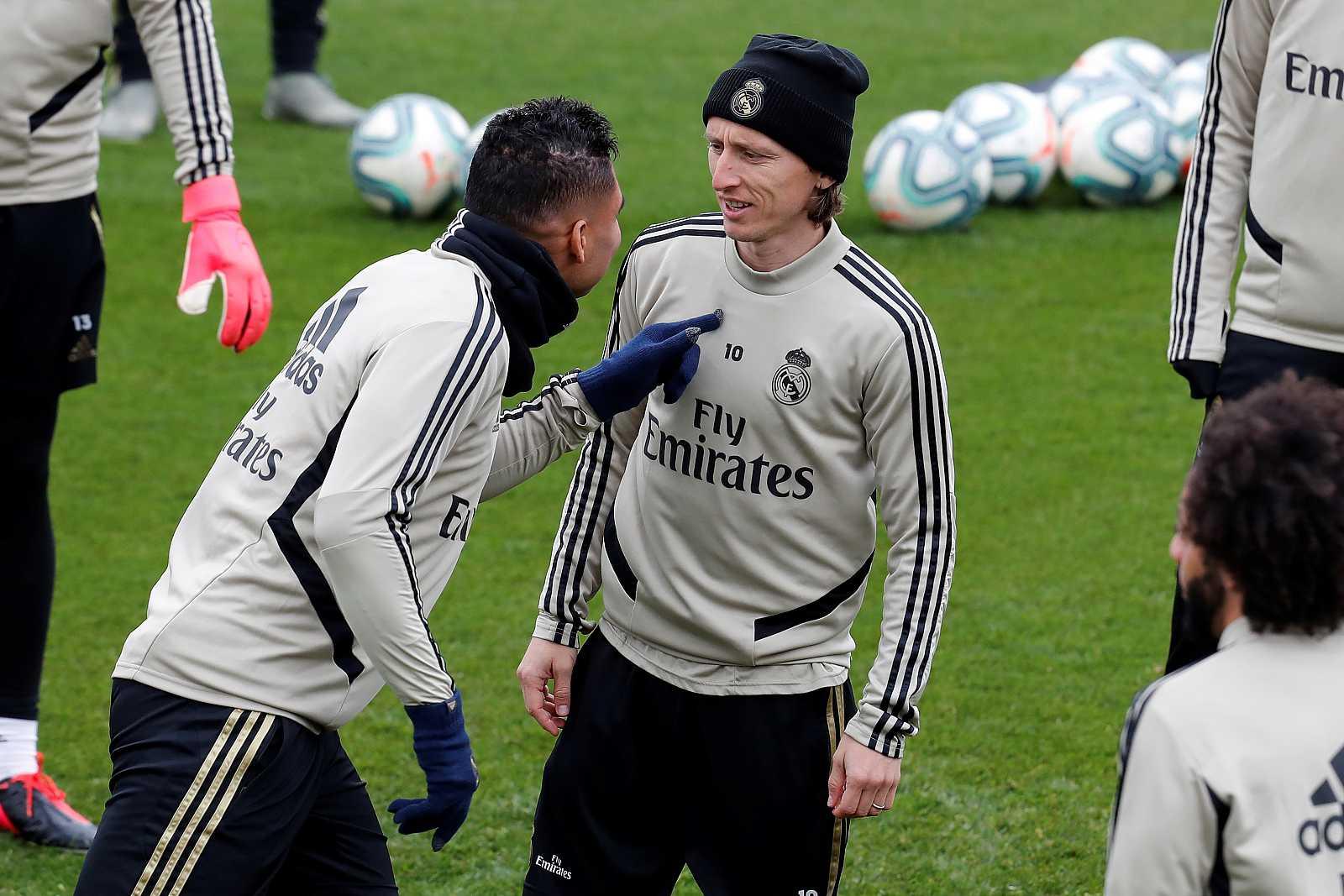 Los jugadores del Real Madrid Luka Modric (d) y Casemiro durante un entrenamiento.