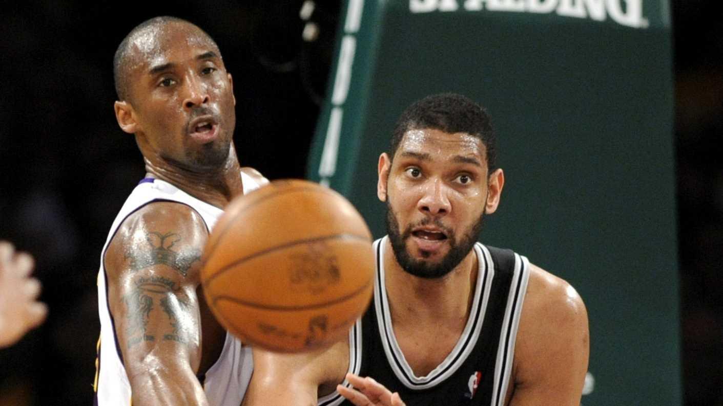 Kobe Bryant y Tim Duncan luchan por un balón