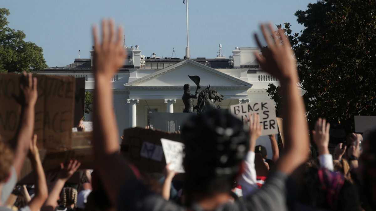Manifestantes pacíficos rodeaban la Casa Blanca antes del toque de queda cuando fueron dispersados por la policía
