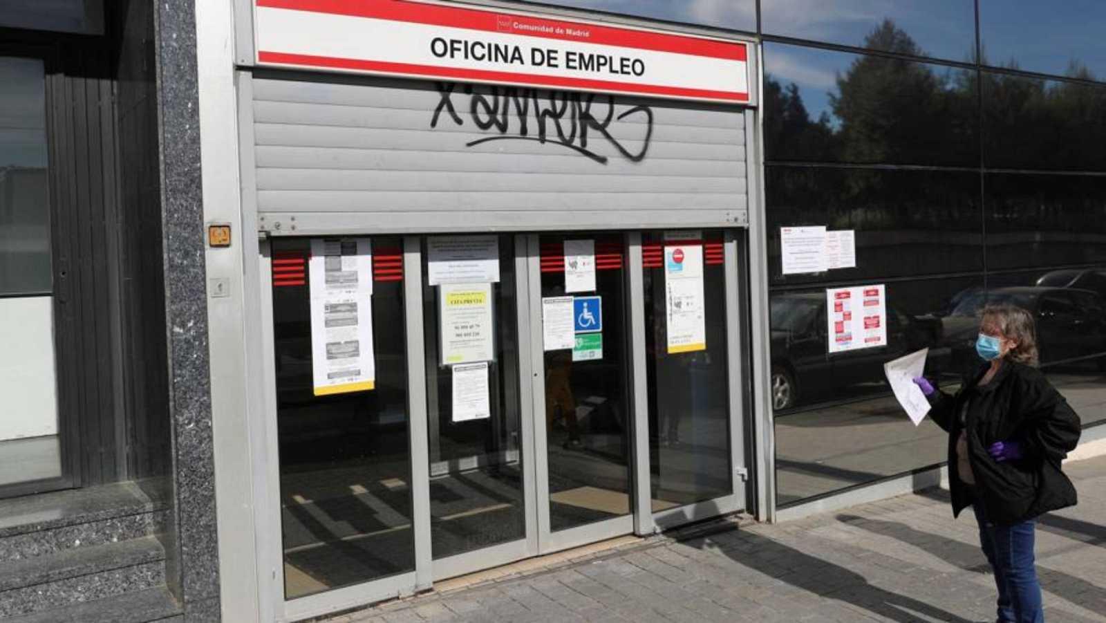 Vista de la entrada de una oficina de empleo en Madrid