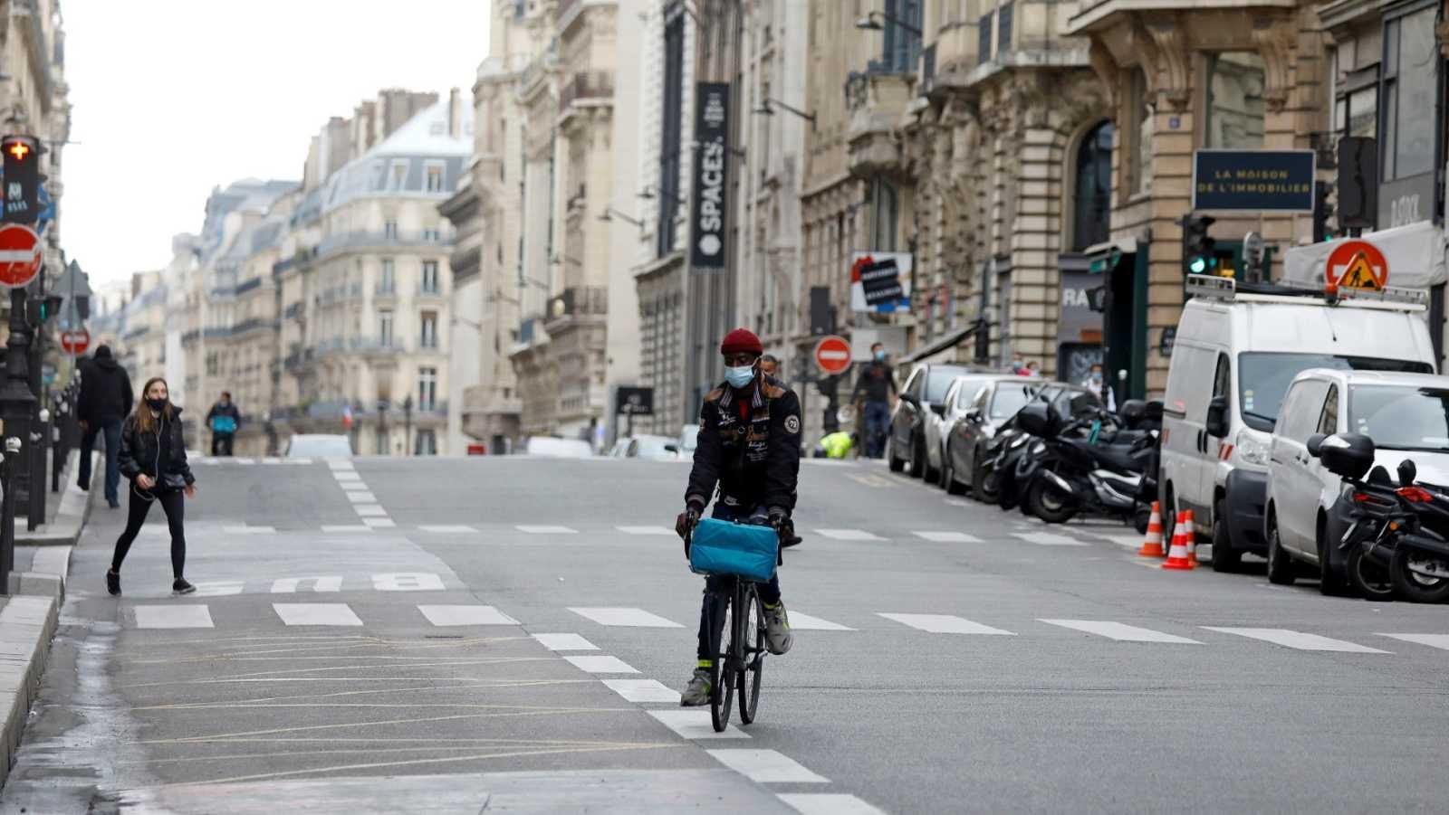 Una calle de París casi desierta por la pandemia