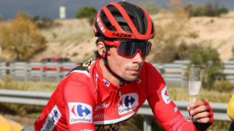Roglic bebe una copa durante la última etapa de la Vuelta a España