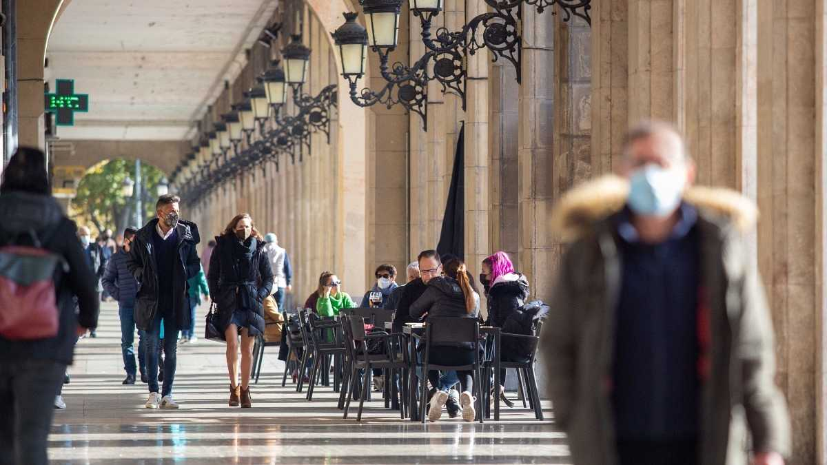 Una pareja pasea por las calles de Logroño, La Rioja