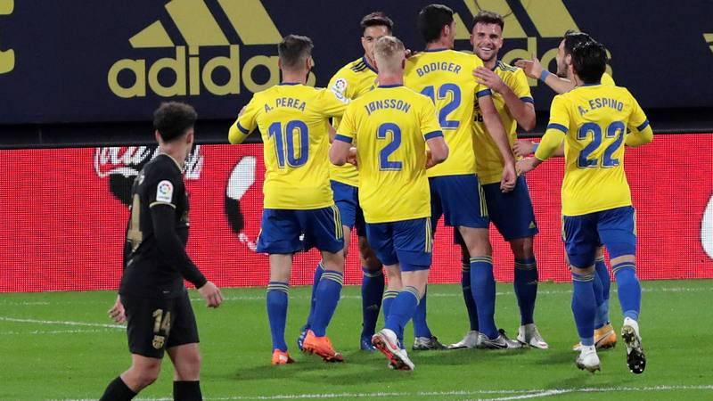 Los jugadores del Cádiz celebran su primer gol ante el Barcelona.