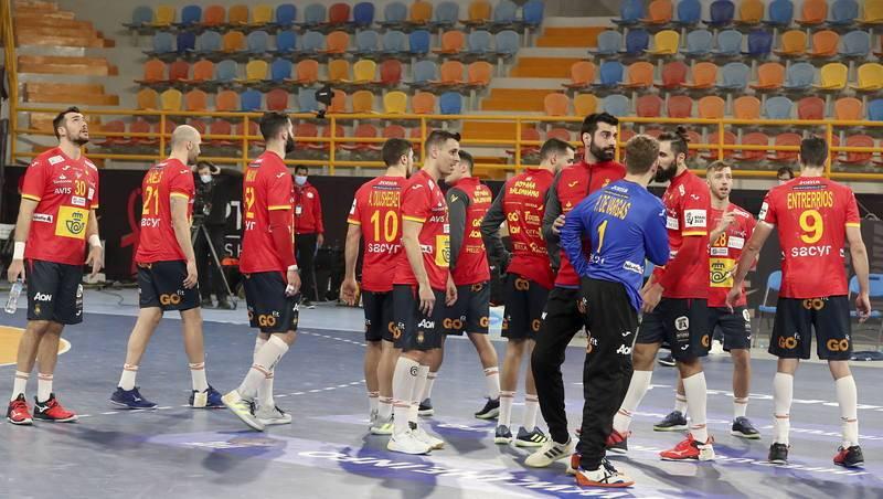 Los jugadores de la selección española de balonmano tras empatar ante Brasil en el partido del debut mundialista.