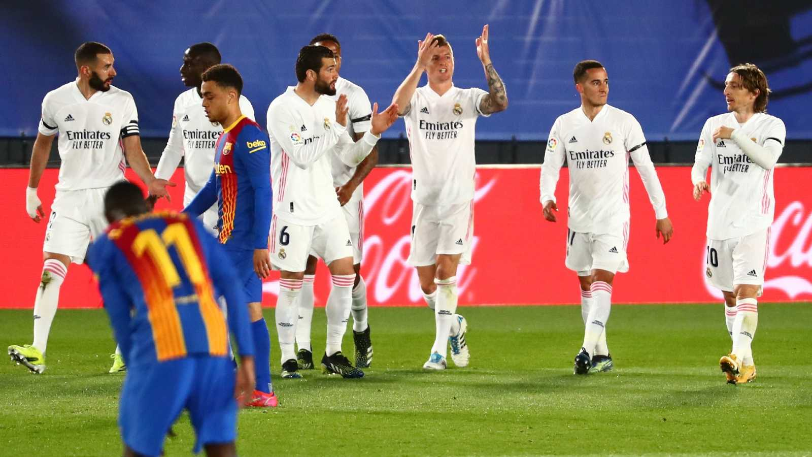 Los jugadores del Real Madrid celebran el segundo tanto anotado por Kroos ante el FC Barcelona
