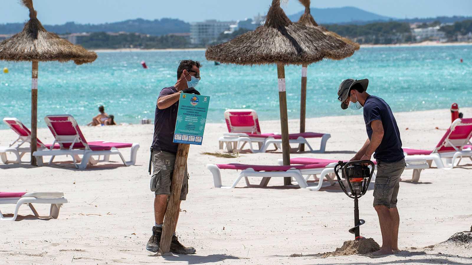 La playa de Alcudia (Mallorca) se prepara para recibir turistas de cara a este verano.