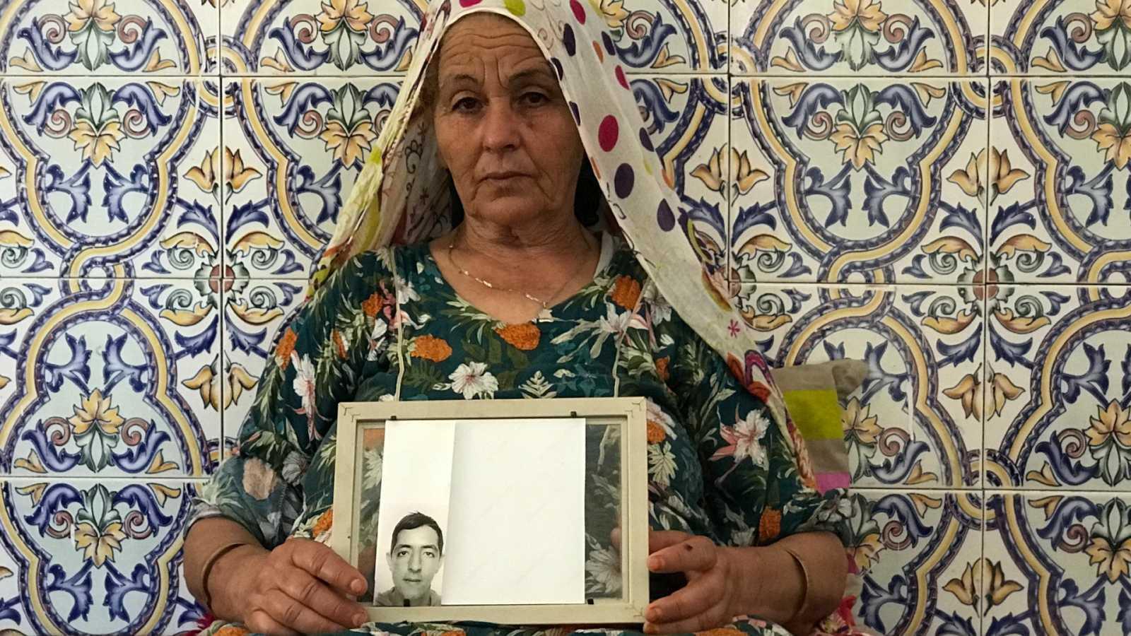 Fátima sujetando la foto de su hijo Atel