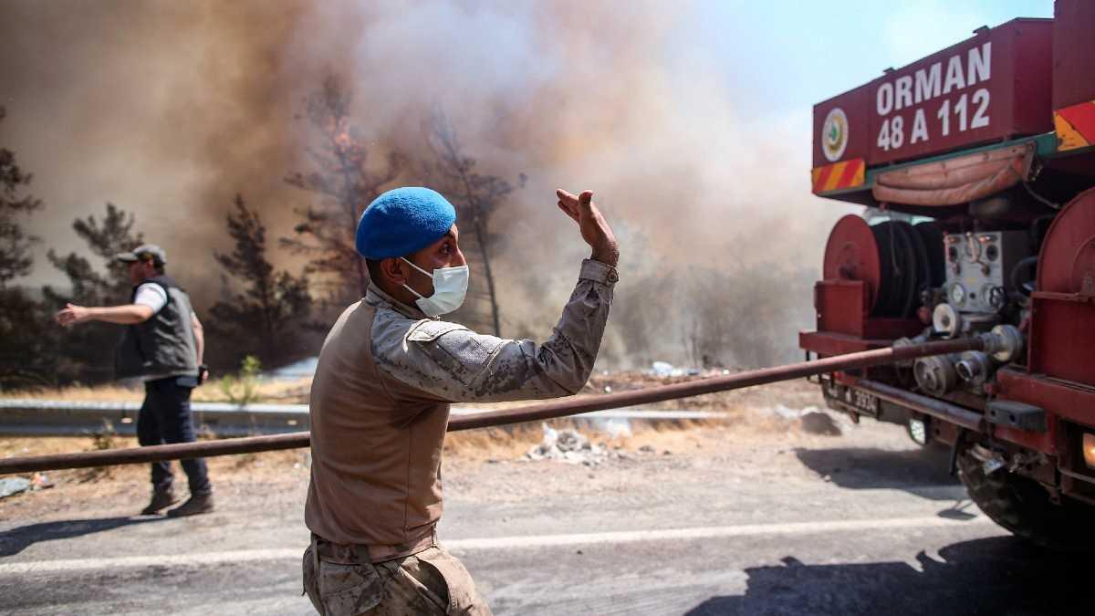 Bomberos tratan de controlar las llamas en Marmaris, en el distrito de Mugla, Turquía