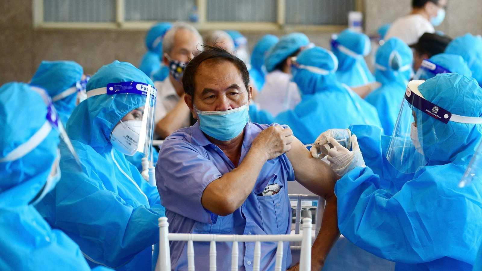 Un hombre recibe la vacuna contra el coronavirus de AstraZeneca en Hanoi