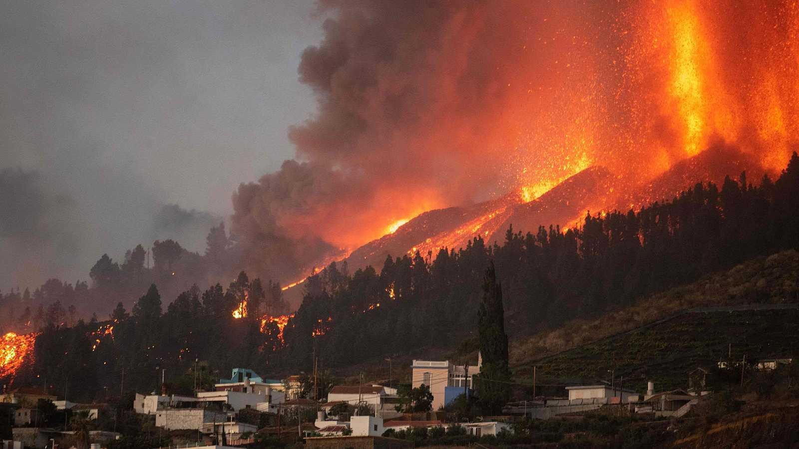 Un bombero observa el avance del río de lava en La Palma.