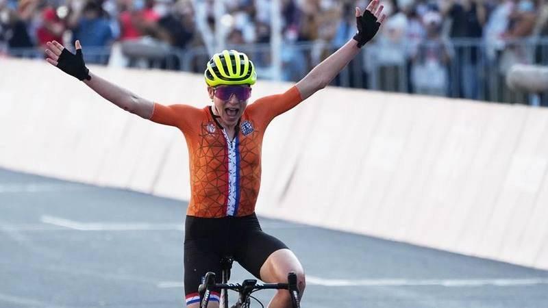 La ciclista neerlandesa AnnemiekVan Vleuten, tras ganar la medalla de plata la prueba en ruta de Tokyo 2020.