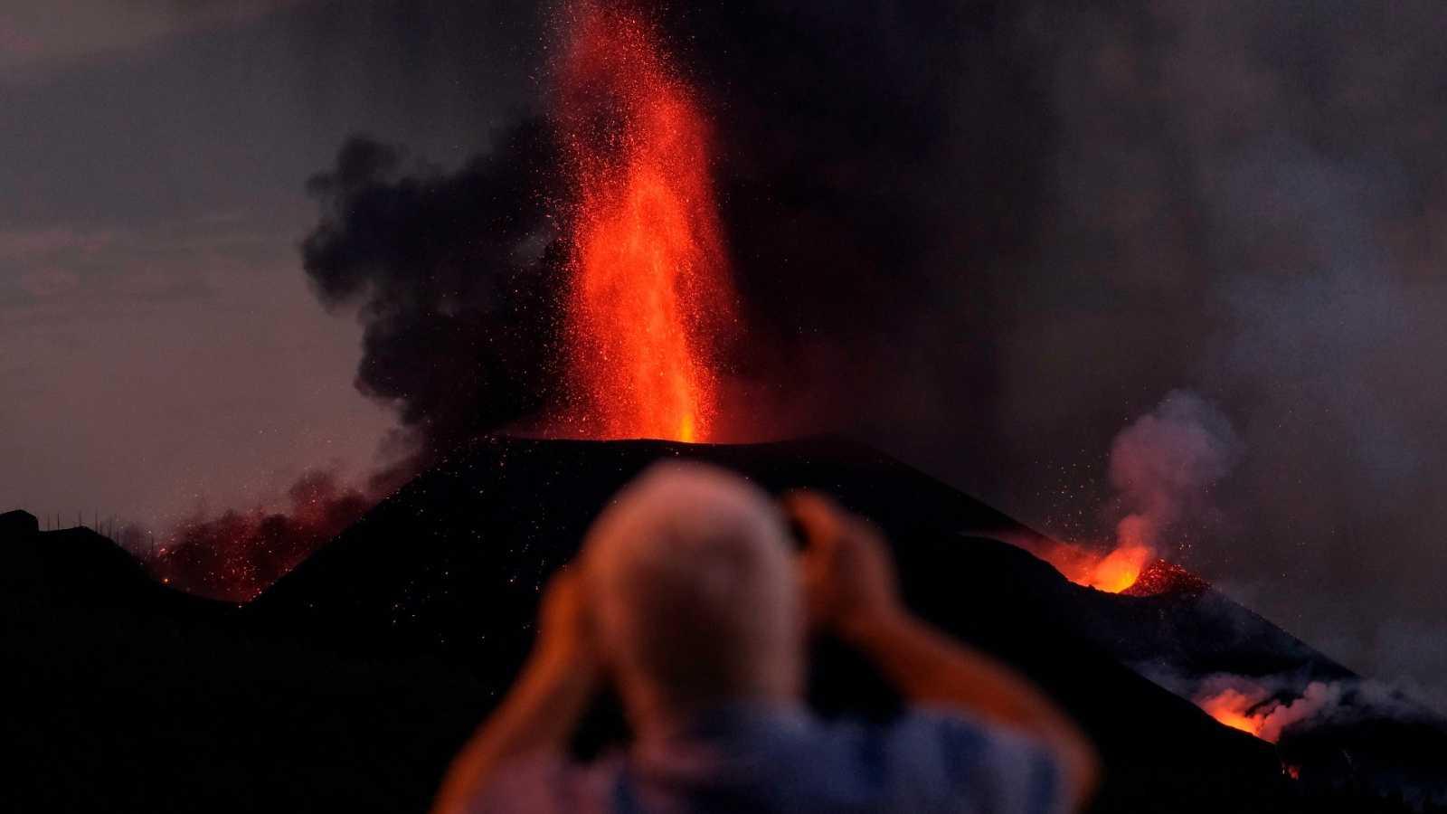 El volcán en Cumbre Vieja, en La Palma, sigue expulsando lava sin cesar