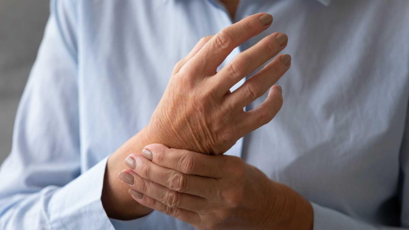 Una mujer sufre dolor en las articulaciones de la muñeca, en una imagen de archivo