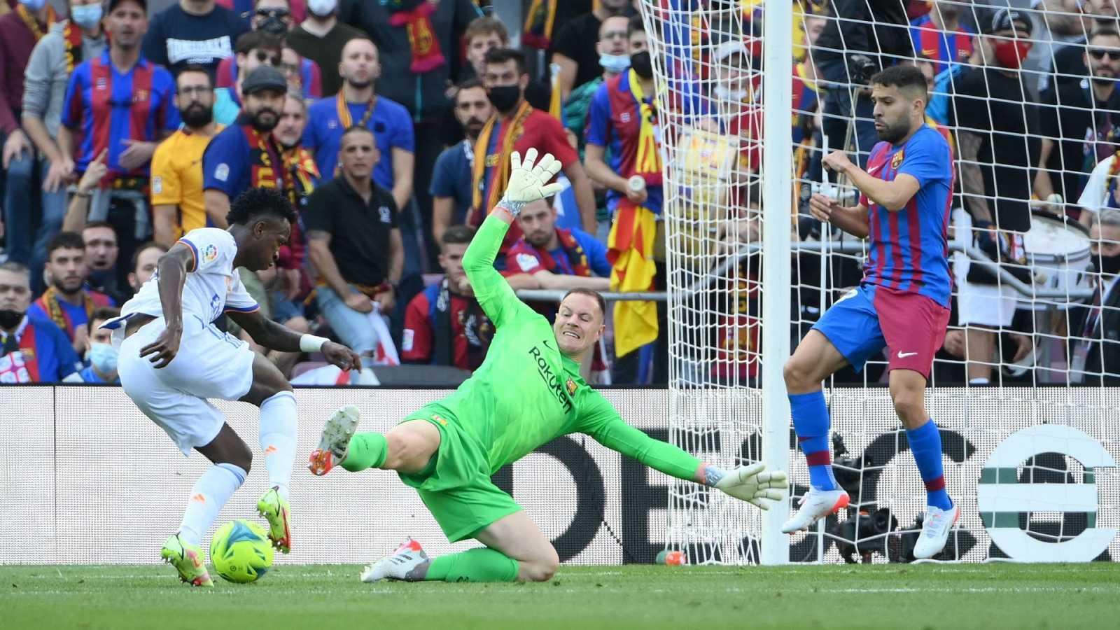 Vinícius recorta a Ter Stegen durante el Clásico entre el FC Barcelona y elReal Madrid