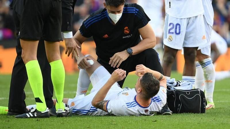 Fede Valverde recibe atención médica durante el partido de Liga entre FC Barcelona y Real Madrid en el Camp Nou.