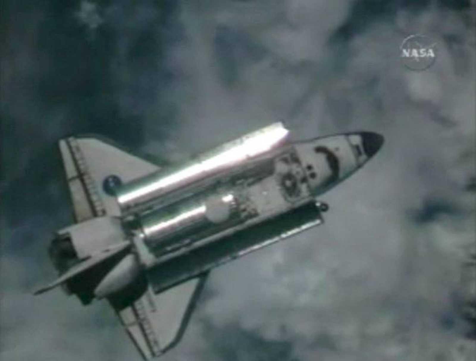 """El """"Discovery"""" durante las labores de acercamiento a la Estación Espacial Internacional (EEI) para realizar su acoplamiento."""