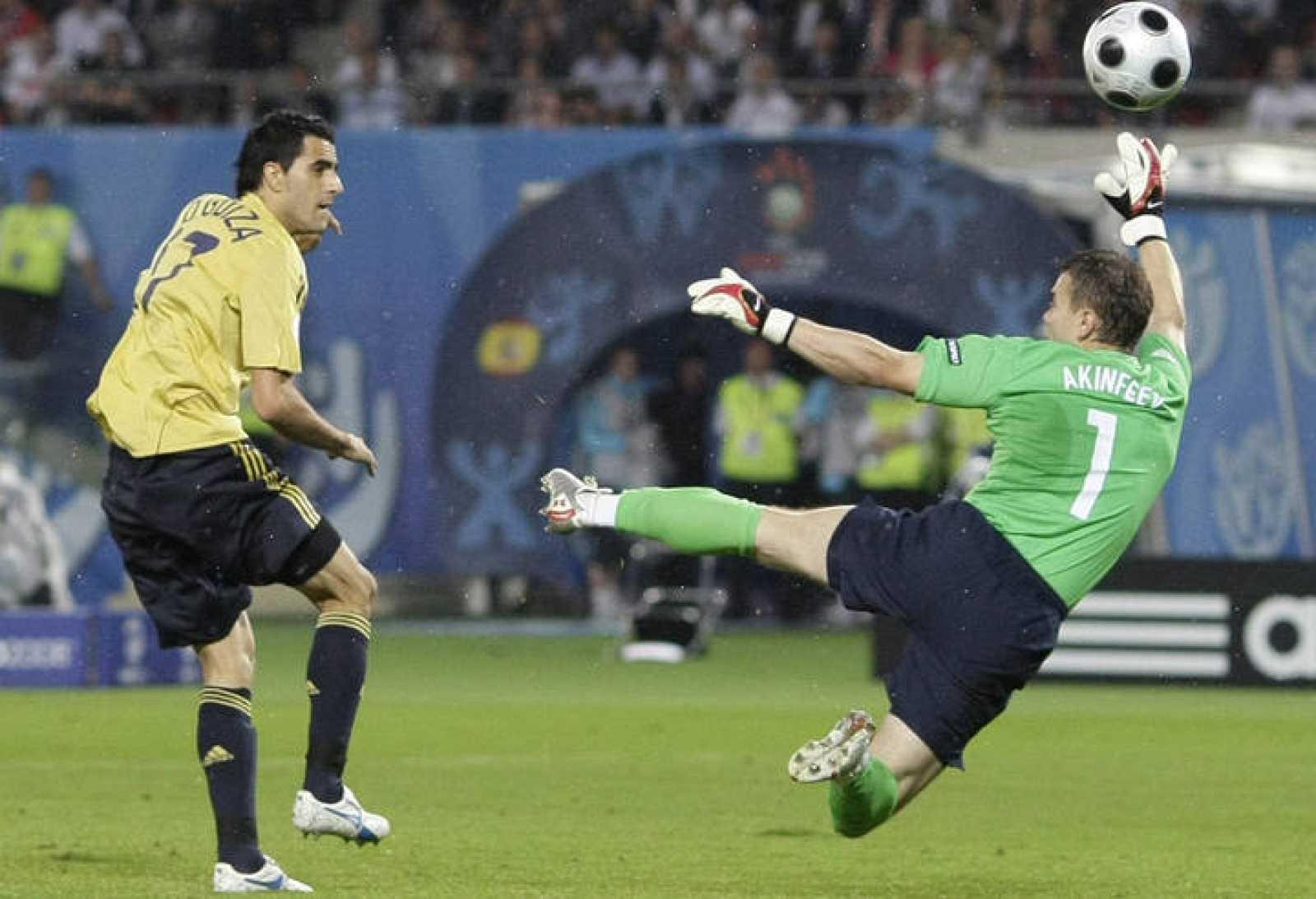 Güiza culmina con una vaselina la jugada del segundo gol ante Rusia, tras un gran pase de Fábregas.
