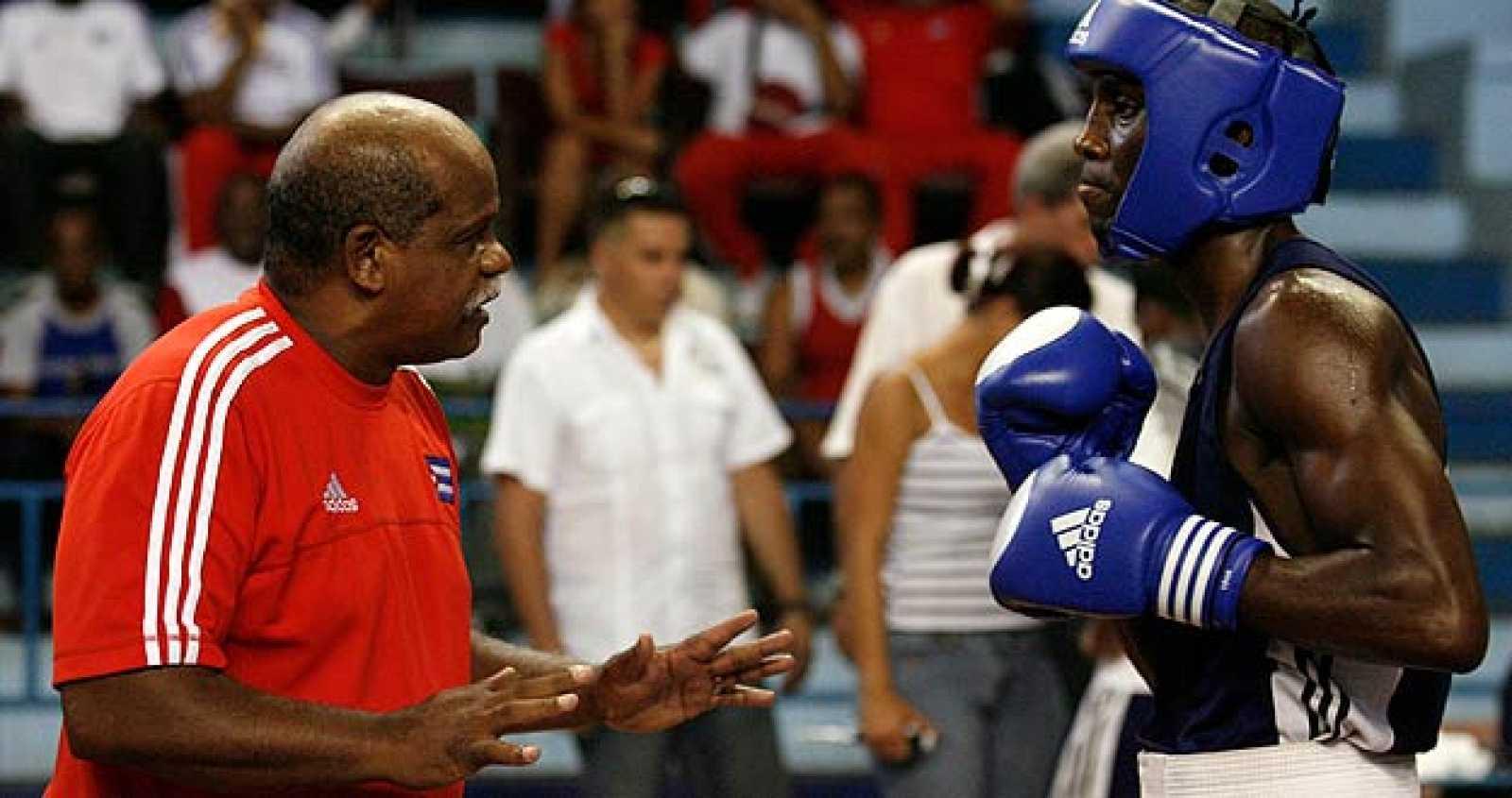 El cubano Julio Mena con su entrenador