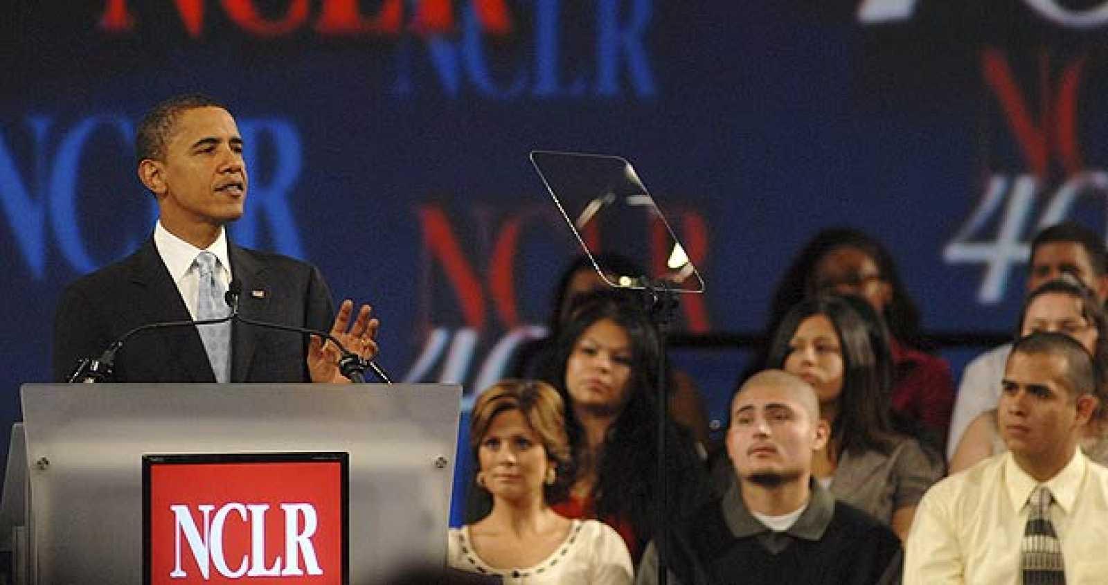 El candidato por el Partido Demócrata a la Presidencia de Estados Unidos, Barack Obama (i), pronuncia un discurso en la Conferencia Anual del Consejo Nacional de La Raza en San Diego, California