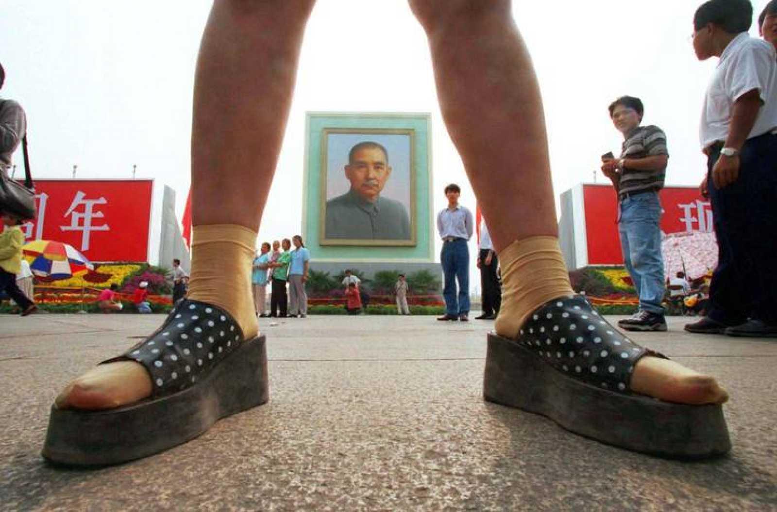 Los chinos deben evitar usar calcetines blancos y zapatos negros