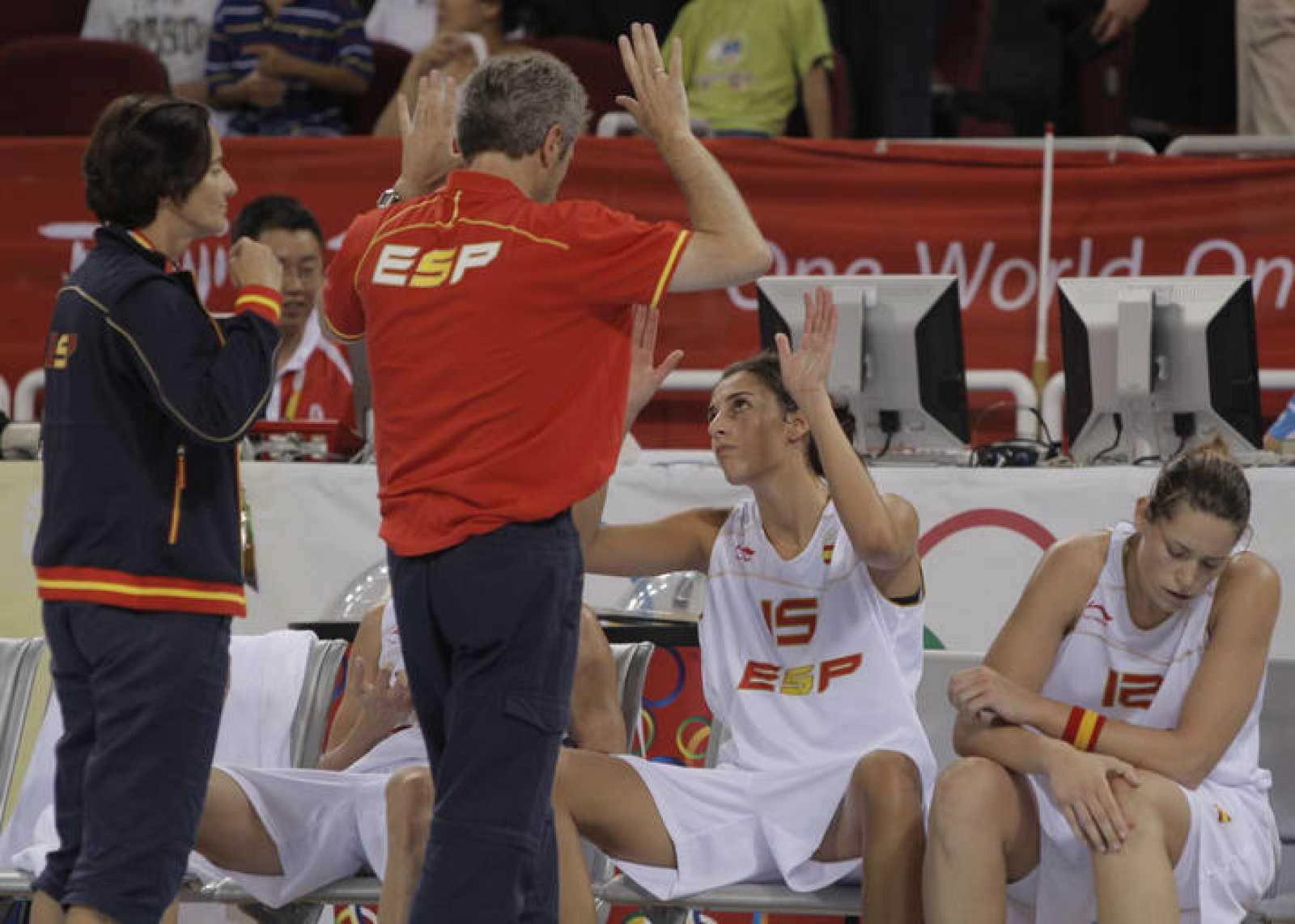 El seleccionador felicita a Alba Torrens y Anna Montañana durante el partido.