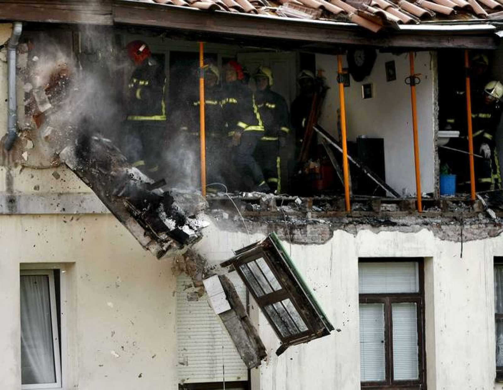 Los bomberos desescombran los materiales mas vulnerables del edificio en Santander