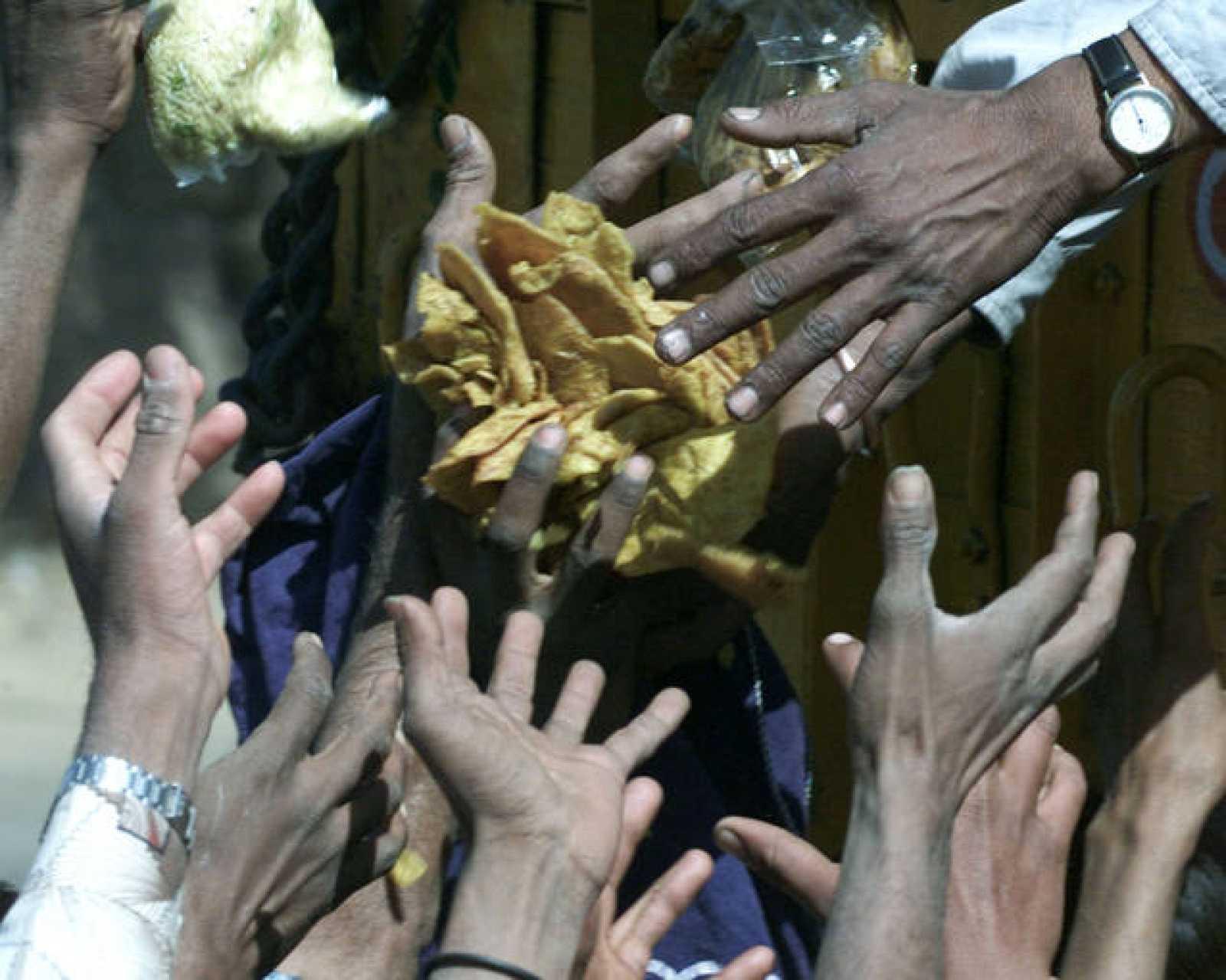 Las víctimas del hambre han aumentado en 2008. En la imagen, un grupo de personas trata de coger comida.